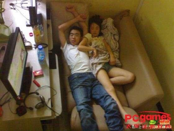 Уставшие посетители китайских компьютерных клубов (34 фото)