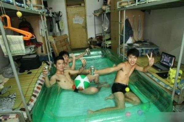 Китайские студенты спасаются в общагах от жары (11 фото)