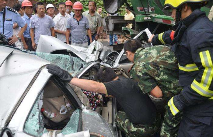 Бетономешалка раздавила автомобиль (8 фото)