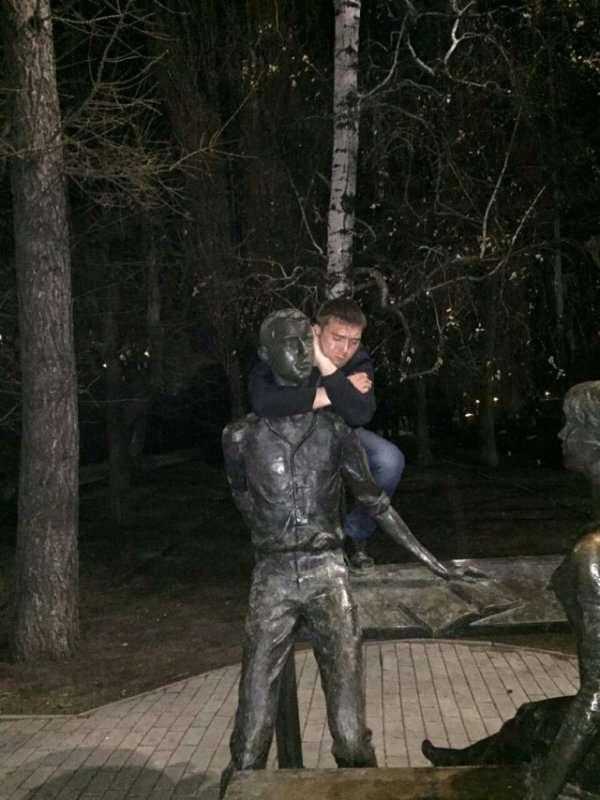 Саратовский студент показал отсутствие мозгов фотками со скульптурой Всячина