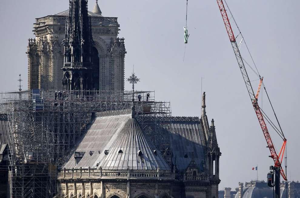 В Париже 9 часов горел Нотр-Дам де Пари МиР