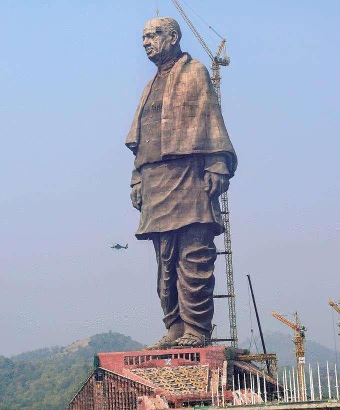 В Индии возвели самую высокую статую в мире, и чтобы оценить масштаб, нужно взглянуть на её ноги