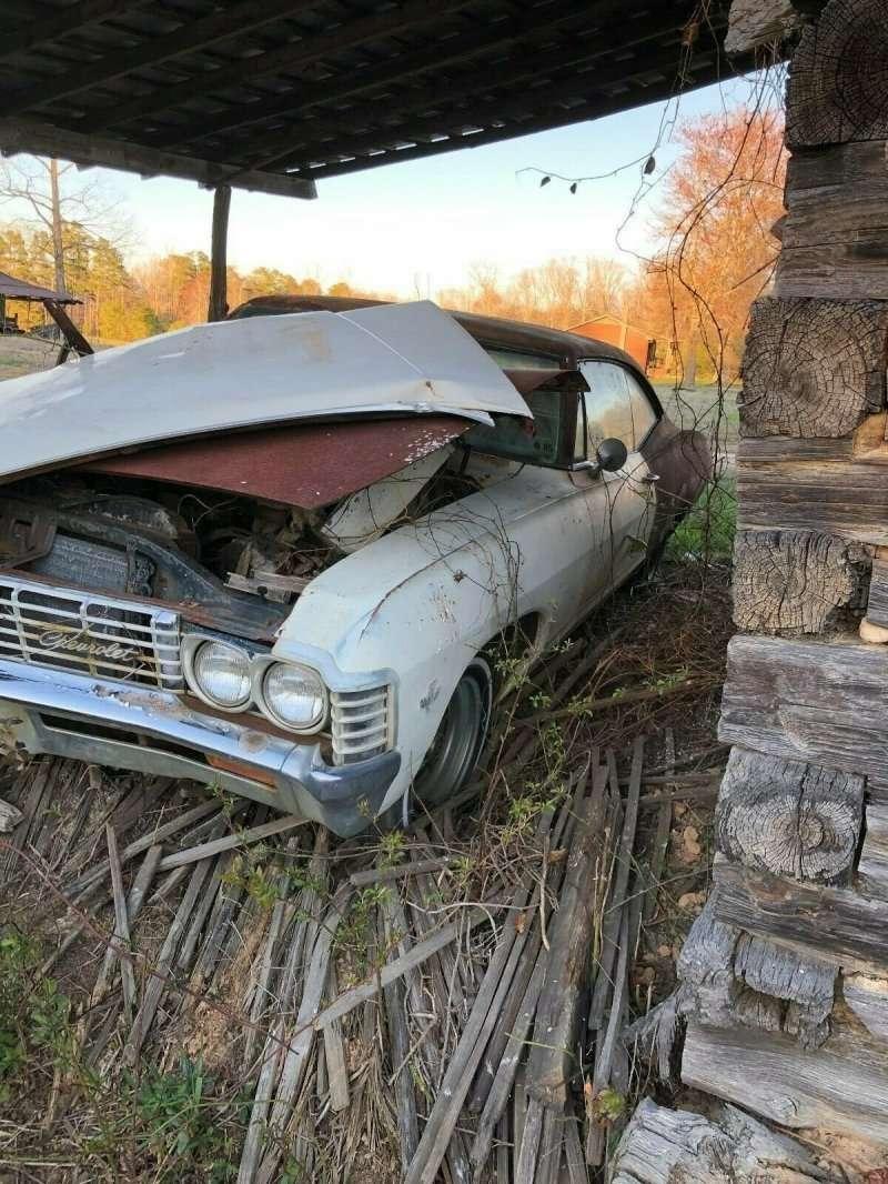 Брошенная Chevrolet Impala простояла 35 лет под навесом в поле